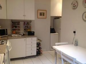 Une grand cuisine équipée avec coin repas cuisine-1-300x224